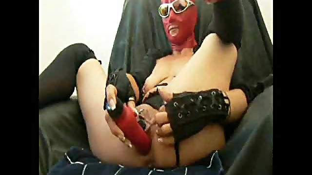 Kinky chick in rubber mask does wild penetrations