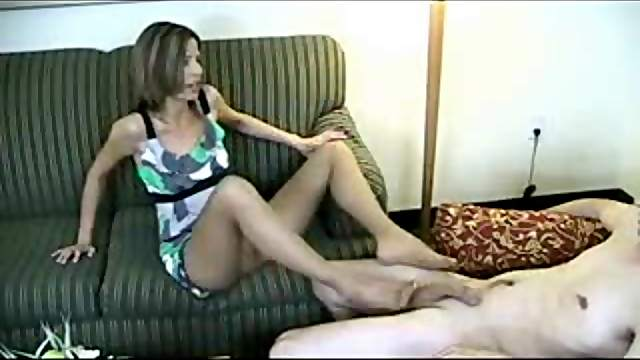 He pays her for a pantyhose footjob