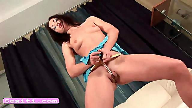 Teen Linda pump and masturbate