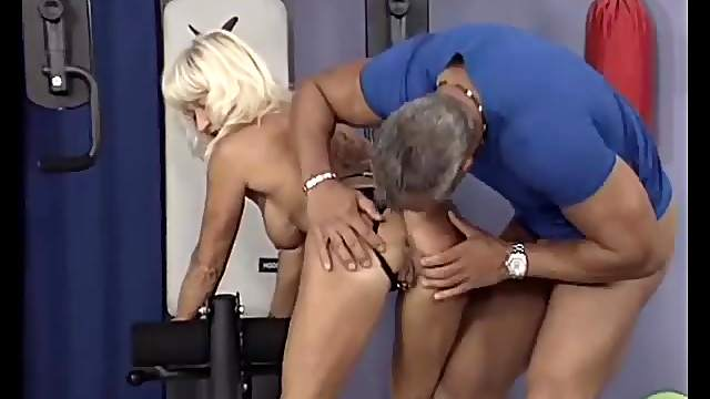 Skinny german muscle mom gets fucked by her trainer