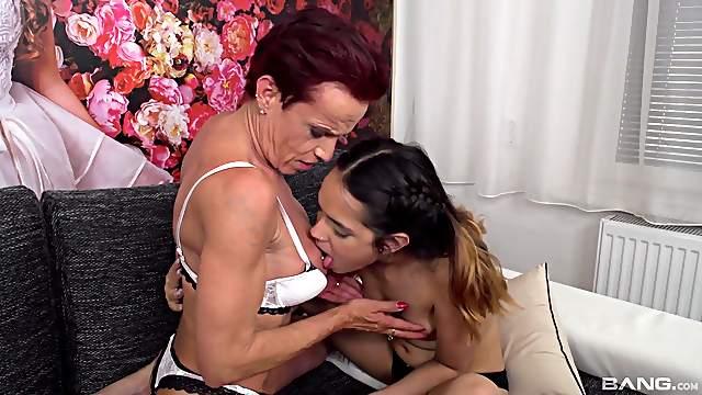 Video of old vs young lesbian sex - Esperanza del Horno and Kim O