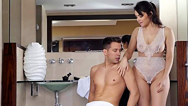 Buttplug stretches Valentina Nappi's asshole for anal fucking