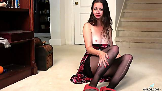 Solo mature Mia Molly rips her nylon pantyhose to masturbate