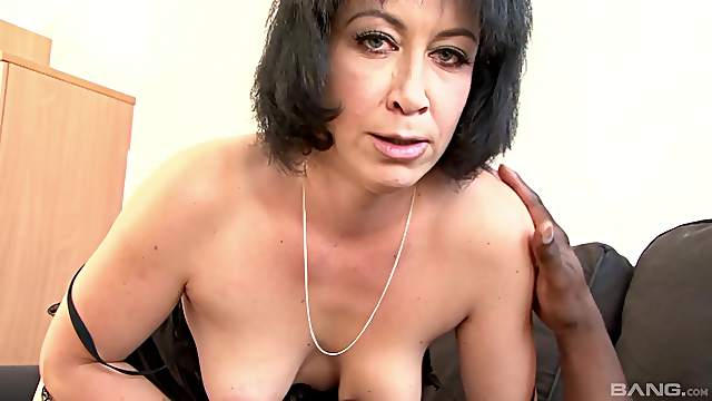 Old beauty throats the BBC after rubbing it between her big naturals